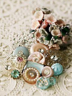 buttons.quenalbertini: Vintage buttons | Simply Lovely