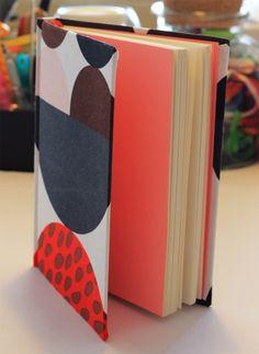 Corazón de mamá.  Tapa forrada en tela, contratapas color rosado, 100 hojas papel ahuesado, cinta separadora color rojo.