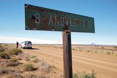 Noord-Kaap | Grondpad tot dit by jou ore uitloop. Tussen Namakwaland en die Kalahari kan jy rustig elmboog-by-die-venster-uit voortsuiker op verlate grondpaaie. Die kokerbome het geblom toe Johan de Smidt drie lang stukke grondpad tussen Loeriesfontein en Upington gery het.