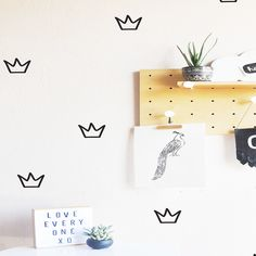 Outlined Crowns Wall Decal – such a glam/preppy look in the nursery or girls room!