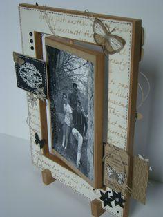 Cadre home déco réalisé en carton mousse de 1 cm d'épaisseur. Le cadre extérieur est décoré des 2 côtés et le cadre intérieur pivotant permet d'afficher deux photos - tutoriel