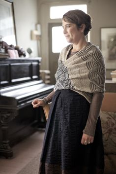 like the mobius-type construction that allows a shawl that is more likely to stay in place by itself Fashion Mode, Modest Fashion, Minimal Look, Mori Girl, Knitted Shawls, Knitting Designs, Crochet, Lana, Lace Skirt