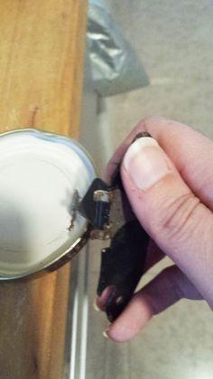 lámpara con frascos de cristal y madera recuperada - Abrelatas para los agujeros de las tapas