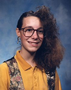 This gives a whole new meaning to bad hair day! 80s Haircuts, Terrible Haircuts, Worst Haircut Ever, Haircut Fails, Haircut Funny, Sarah Jessica, Portrait Photography Tips, Bad Photos, Ugly Photos