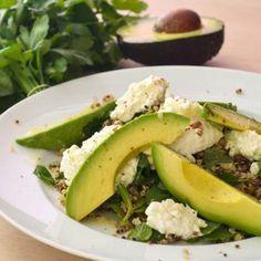 Power-Salat für die Mittagspause. Avocado, Quinoa, Mungobohnen, Hüttenkäse und Kräuter