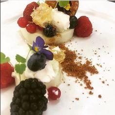 Dessert van het marktmenu. Panna cotta van witte chocolade met limoen met honingraat en rood fruit.