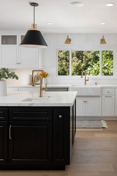 Transitional Kitchen With Black Island White Cabinets And White Herringbone Backsplash Tiles Black Kitchen Island, White Kitchen Cabinets, Kitchen Cabinet Design, Interior Design Kitchen, Kitchen Black Tiles, Kitchen With Gold Hardware, Black Countertops White Cabinets, White Kitchen Designs, Black And White Backsplash
