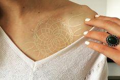 20 Tatuajes de tinta blanca tan bellos que te pondrán a fantasear con uno
