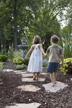 Set up garden paths correctly-Gartenwege richtig anlegen Bark mulch as a bed is reminiscent of forest floors and is particularly warm and close to nature - Gnome Garden, Garden Paths, Diy Garden, Shade Garden, Kid Friendly Backyard, Stepping Stone Walkways, Stone Path, Patio Steps, Mom Day