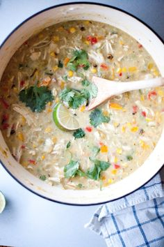 Skinny White Chicken Chili – Lillie Eats and Tells Skinny Creamy White Chicken Chili made with plenty of veggies and no beans- low carb, low fat and full of flavor! Even my kids love it. Creamy White Chicken Chili, Green Chili Chicken, Easy Soup Recipes, Chili Recipes, Macro Friendly Recipes, Macro Meals, Chili Soup, Fat Burning Foods, Low Fat Meals