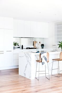 matt white kitchen helps to create a seamless look. its off set by a luxe mirror splashback and carrara marble benchtop. Kitchen Interior, New Kitchen, Kitchen Dining, Kitchen Decor, Island Kitchen, Kitchen Ideas, Dining Room, Kitchen Benches, Cuisines Design