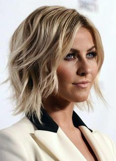 Julianne Hough has a great wavy medium bob hairstyle that works for her round face. Medium hairstyles for round faces such as this wavy bob can frame your face to add shape. #HairstylesForWomenWithRoundFaces
