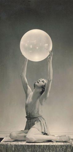 Folies Bergeres, Dark Fantasy Art, Vintage Photographs, Vintage Beauty, Cabaret, White Photography, Old Photos, Art Inspo, Art Nouveau