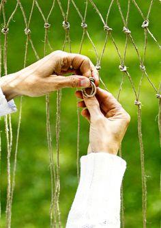 Tee riipputuoli luonnonnarusta solmimalla   Meillä kotona Wells, Wind Chimes, Outdoor Decor, Fun, Beautiful, Home Decor, Macrame, Knots, Home And Garden