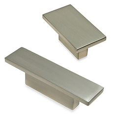 Add a modern touch to your cabinets with the Richelieu Modern Rectangular Knob in Brushed Nickel. This knob has an elegant finish and includes mounting hardware for easy installation.