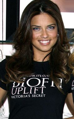 Adriana Lima wearing a VS BioFit bra and a T-shirt over it advertising it. Top Models, Irina Shayk, Claudia Schiffer, Adriana Lima Hair, Megan Fox Hair, Dark Hair With Highlights, Hair Pictures, Hairstyles Pictures, Celebrity Hairstyles