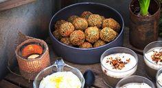 Grönkålsbollar med halloumi och citrondipp