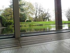 From floor to water. Fondation Beyeler - Renzo Piano Het museum heeft veel invloed van het uitzicht. het mooie is dat het van binnen lijkt alsof je op het wateroppervlakte dat achter het glas bevindt overgaat tot vloer. Het gebouw zelf is een kunstwerk. De detaillering en de samenwerking met de omgeving is een schouwspel.