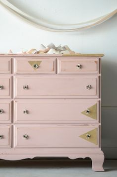 DIY: refurbish an old piece of furniture with new colour, new knobs & metallic shape details
