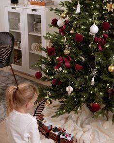 Årets julgran är på plats lagom till helgen! 🎄♥️✨💫 Christmas Tree Inspiration, Flocked Christmas Trees, Real Christmas Tree, Christmas Feeling, Beautiful Christmas, Winter Christmas, Christmas Tree Decorations, Christmas Time, Xmas