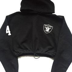 Reworkes Raiders Crop Hoody (980 MXN) ❤ liked on Polyvore featuring tops, hoodies, cropped hooded sweatshirt, cropped hoodies, hooded pullover, sweatshirt hoodies and cropped hoodie
