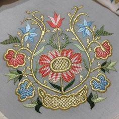 Neşe'nin gözdeleri Jacobean Embroidery, Lace Embroidery, Hand Embroidery Designs, Cross Stitch Embroidery, Embroidery Needles, Embroidery Patches, Brazilian Embroidery, Embroidered Flowers, Needlework