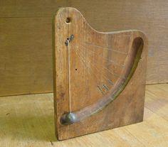 inclinomètre de charpentier?, planchette en noyer, balle de plomb, les 6 angles indiqués: -75° -62,5° -52,5° -45° -32,5° -35° inclinometer for carpenter? walnut, lead bullet, 6 indicated angles: -75 ° -62.5 ° -52.5 ° -32.5 ° -45 ° -35 °