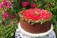 Tort otulony niby plastrem miodu, ale czekoladowym. Tort z kremem michałkowym i z brzoskwiniami. Tort udekorowany truskawkami i miętą. Taki czekoladowy rant, robiłam pierwszy raz i udało się.