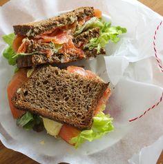 Lekker en simpel om te maken deze lekkere sandwich gerookte zalm met kerrie saffraan mayonaise.