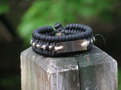 These cool bracelets from Paracordist Creations are really practical. On this video he shows you how to reload the bracelet after using to it to build a fire. You can use this to create your own version with the same principles. Off Grid Survival, Survival Food, Survival Hacks, Survival Skills, Paracord Knots, Paracord Bracelets, To Build A Fire, Cobra Weave, Earthquake Kits