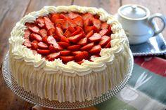 syntymäpäiväkakku, mansikkakakku, täytekakku, mansikkatäytekakku, kakku, perinteinen mansikkakakku