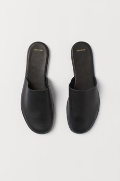 Slippers in soft leather with fluted rubber soles. H&m Recycle, Schwarz Home, Washed Linen Duvet Cover, Bedroom Slippers, H&m Home, Simple Prints, Leather Slippers, Khaki Green, Mode Inspiration