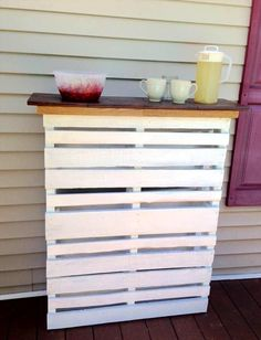 DIY White Painted Pallet Deck Bar with Lights - Easy Pallet Ideas Wooden Pallet Bar, Pallet Desk, Pallet Furniture Designs, Wooden Pallet Furniture, Diy Furniture Instructions, Pallet Projects, Diy Projects, Pallet Display, Pallet Decking
