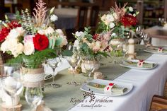 Rustic, distinctive and elegante wedding table, in a touch of red. Decoration Table, Table Centerpieces, Flower Decoration, Mothers Day Brunch, Wedding Reception Tables, Floral Bouquets, Table Linens, Planting Succulents, Green And Purple