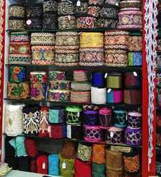 El blog de Georgina: Estamos aquí.... Diy Fabric Jewellery, Textile Jewelry, Burgundy Bag, Woven Belt, Boho Bags, Embroidered Jeans, Sewing Box, Fashion Sewing, Cloth Bags