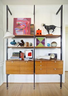 Here are some beautiful midcentury modern interior ideas that caught our eye: Décoration Mid Century, Mid Century Wall Unit, Mid Century Decor, Century Hotel, Midcentury Modern, Mid Century Modern Furniture, Mid Century Modern Design, Modern Wall Units, Modern Bookshelf