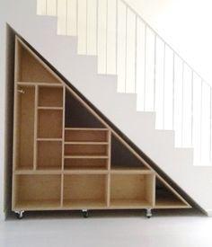 Bibliothèque sous escalier montée sur roulettes #shelvings #staircase #wheels