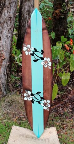 Hibiscus and Honu on this surfboard