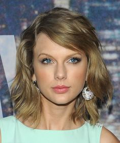 Taylor Swift Hairstyle - Medium Straight Casual - Medium Blonde
