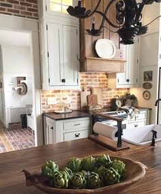 Kitchen decor and kitchen ideas for all of your dream kitchen needs. Modern kitchen inspiration at its finest. Kitchen Space, Kitchen Decor, New Kitchen, Kitchen Dining Room, Country Kitchen, Home Kitchens, Farmhouse Kitchen Remodel, Kitchen Renovation, Kitchen Design