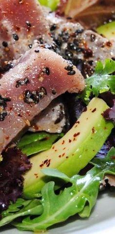Ensalada de atún marinado con lima y sésamo negro. | 25 Recetas de divinas ensaladas que vas a querer hacer durante todo el año