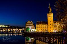 """Divertimento Nocturno - Praga - Escucha...Divertimento-Allegro-Mozart http://www.youtube.com/watch?v=SxxNX-33dDA No podia faltar mis Nocturnas esta es la primera que os ofrezco de Praga en un estado de """"Divertimento"""" esta foto fue hecha nada mas salir del Hotel camino al puente de Carlos como podeis apreciar aún no era totalmente de noche y recogí su ultima hora azul donde el escenario es muy cautivador por su belleza en iluminación del entorno. Esta foto esta hecha sin tripode en otras que…"""