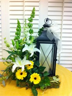 Easy And Simple Christmas Latern Ideas For Your Room Sumcoco Christmas Table Centerpieces, Lantern Centerpieces, Christmas Lanterns, Lanterns Decor, Christmas Decorations, Silk Arrangements, Funeral Arrangements, Lanterns With Flowers, Memorial Flowers