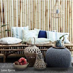 Eine Bambusbank mit schönen Kissen bringt Leichtigkeit in die Wohnung oder den Garten. Natürliche Materialien im modernen Umfeld ist der neue Trend. Mehr Infos auf roomido.com #roomido #wohnindeen #garten #terrasse #balkon