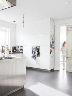 45 creating a minimalist kitchen tips to clean, declutter and simplify 14 Concrete Kitchen, Concrete Floors, Kitchen Dinning, New Kitchen, Kitchen Tips, Dining Room, Beautiful Kitchens, Cool Kitchens, White Kitchens