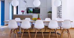Modernes Esszimmer mit offener Küche aus Holz