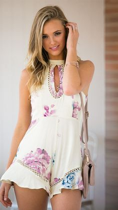 The high-neck with print pattern highlights you are so fashionable and elegant. And the unique design of the lace up hemline of this jumpsuit has a cute style also. Sleeveless matched with halter is a