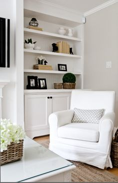 All Over Color: Benjamin Moore Edgecomb Gray. A light warm gray with just the right mix of warm and cool undertones. Room Paint Colors, Paint Colors For Home, House Colors, Grey Paint Colors, Living Room Paint, My Living Room, Living Room Decor, Dining Room, Decoration Gris