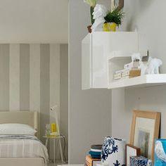 Grigio chiaro per le pareti della camera da letto. Una sfumatura che si abbina perfettamente alla parete dietro la testata del letto, dipinta con sfumature dal grigio al tortora in grandi fasce vertic