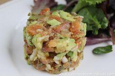 Tartar de salmon y aguacate www.cocinandoentreolivos (2) Salmon Y Aguacate, Diet Recipes, Vegan Recipes, Seafood Dishes, Guacamole, Potato Salad, Food And Drink, Veggies, Low Carb